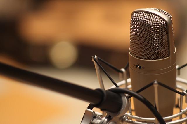 mikrofon ve stojanu