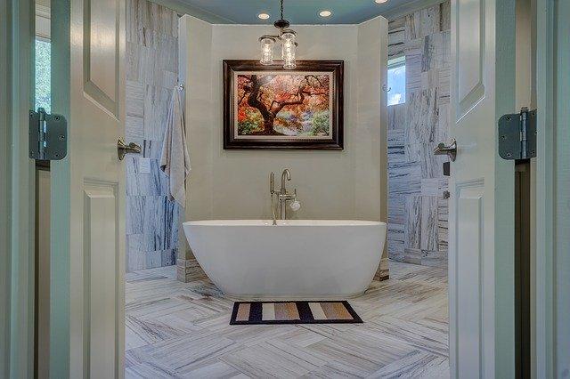 mramorová koupelna s volně stojící vanou