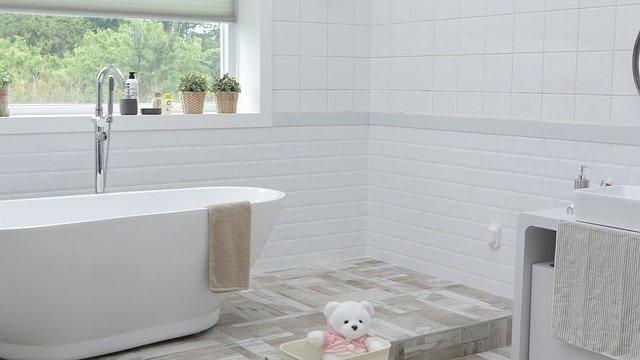 bílá koupelna s volně stojící vanou